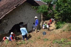 Longsor Timpa Ruang Dapur Rumah di Wukirsawit, Jatiyoso_02012016 (6)